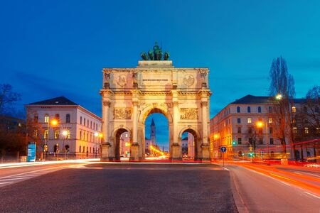 quadriga: The Siegestor or Victory Gate, triumphal arch crowned with a statue of Bavaria with a lion-quadriga, at night in Munich, Germany