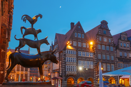 브레멘 도시의 유명한 동상 브레멘 시청, 브레멘, 독일 근처 구시가 중심에 그림 름 유명한 동화에서 당나귀, 개, 고양이, cockerel 음악가,