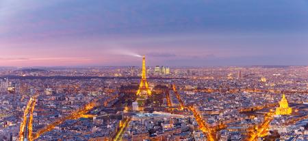 Paris, France - 26 décembre 2016: Vue panoramique aérienne des toits de Paris avec la tour Eiffel scintillante et le quartier des affaires de la Défense au coucher du soleil rose, vu de la tour Montparnasse Banque d'images - 80740758