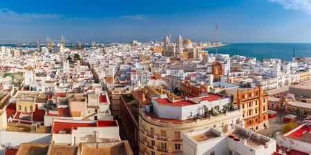 Lucht panoramisch uitzicht op de oude daken van de stad en de kathedraal van Santa Cruz in de ochtend van de toren Tavira in Cadiz, Andalusië, Spanje