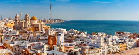 Vista panorámica aérea de los tejados de la ciudad vieja y la Catedral de Santa Cruz en la mañana de la torre de Tavira en Cádiz, Andalucía, España Foto de archivo - 81259686