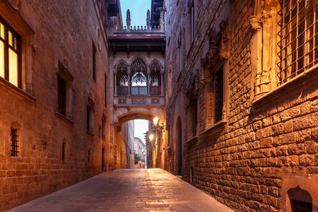 Stretta stradina medievale di Carrer del Bisbe con il Ponte dei Sospiri nel Quartiere Barri Gotico al mattino, Barcellona, ??Catalogna, Spagna Archivio Fotografico - 82481735