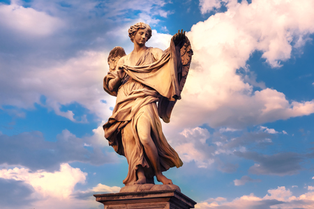 Statua di marmo di angelo con il Sudarium al tramonto, uno dei dieci angeli sul ponte di San Angelo, simboli di Cristo Passione, Roma, Italia