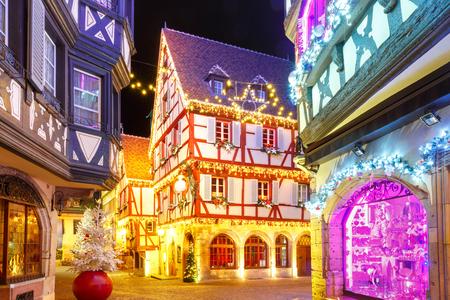Alsaziani Case tradizionali a graticcio nel centro storico di Colmar, decorate e illuminate a Natale, Alsazia, Francia Archivio Fotografico - 83625890