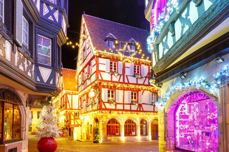 Traditional Alsatian half-timbered houses in old town of Colmar, decorated and illuminated at christmas time, Alsace, France Imagens