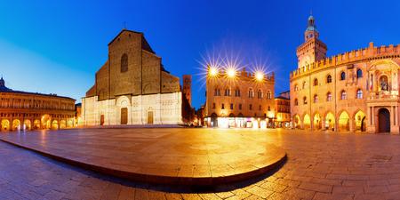 Panorama of Piazza Maggiore square with Basilica di San Petronio and Palazzo dAccursio or Palazzo Comunale at night, Bologna, Emilia-Romagna, Italy Foto de archivo