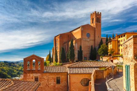 Bela vista da Basílica de San Domenico, também conhecida como Basilica Cateriniana, na cidade medieval de Siena, na manhã ensolarada, Toscana, Itália