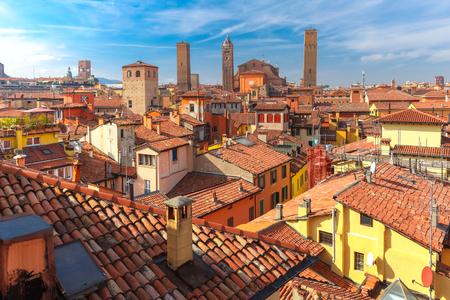ボローニャ大聖堂や晴れた日には、エミリア = ロマーニャ州、イタリアの中世都市ボローニャの旧市街の屋根の上に高くそびえる塔の空撮