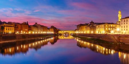 アルノ川とフィレンツェ、トスカーナ、イタリアの日没で有名な橋ヴェッキオ橋の全景