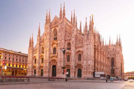 ドゥオーモ広場、大聖堂広場、ミラノ大聖堂と朝、ミラノ、ロンバルディア、イタリア ミラノのドゥオーモ