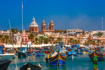 Traditionelle eyed bunte Boote Luzzu im Hafen des Mittelmeer Fischerdorfes Marsaxlokk, Malta