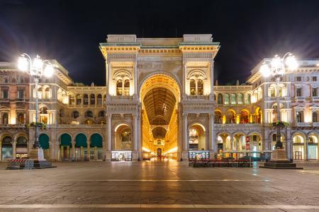 Uno dei centri commerciali più antichi del mondo Galleria Vittorio Emanuele II di notte a Milano, Lombardia, Italia Archivio Fotografico