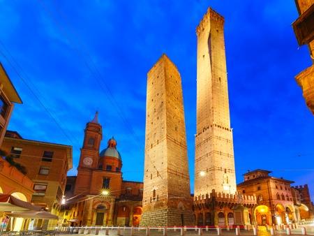 Deux tours, Asinelli et Garisenda, toutes deux penchées, symbole de Bologne, statue de San Petronius et église des Saints Bartholomé et Gaetano le matin, Bologne, Émilie-Romagne, Italie Banque d'images