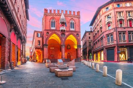 ボローニャ、エミリア・ロマーニャ、イタリアの夕日のパラッツォ・デッラ・メルカンツィア