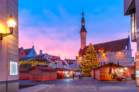 Decorated and illuminated Christmas tree and Christmas Market at Town Hall Square or Raekoja plats at beautiful sunrise, Tallinn, Estonia. 스톡 콘텐츠