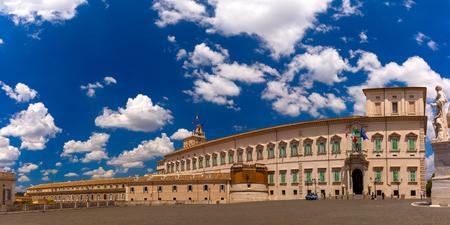 Vue panoramique du Palais du Quirinal ou Palazzo del Quirinale vu de la Piazza del Quirinale dans la journée ensoleillée, Rome, Italie.