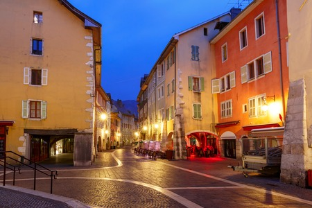 Nice street Rue Sainte-Claire in Old Town of Annecy at rainy night, France Archivio Fotografico