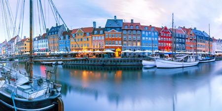 Panorama du côté nord de Nyhavn avec des façades colorées de vieilles maisons et de vieux navires dans la vieille ville de Copenhague, capitale du Danemark.