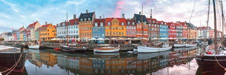 Nyhavn au lever du soleil, avec des façades colorées de vieilles maisons et de vieux navires dans la vieille ville de Copenhague, capitale du Danemark.