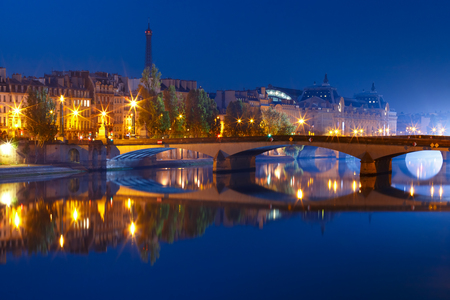 Beautiful view of Seine, Eiffel tower and bridge Pont Royal during morning blue hour in Paris, France Stock fotó