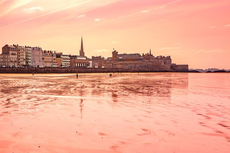 Walled city Saint-Malo with St Vincent Cathedral at low tide Banco de Imagens