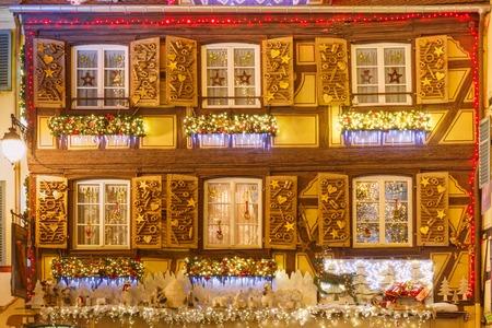Case a graticcio tradizionali alsaziane nella città vecchia di Colmar, decorate e illuminate a tempo di Natale, Alsazia, Francia Archivio Fotografico