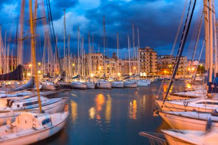 Yacht nel porto più antico della città di Palermo, La Cala, durante l'ora blu mattutina, Sicilia, Italia meridionale Archivio Fotografico