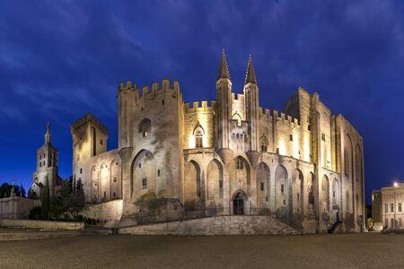 Palazzo dei Papi, una volta fortezza e palazzo, uno dei più grandi e importanti edifici gotici medievali d'Europa, durante l'ora blu serale, Avignone, Francia meridionale