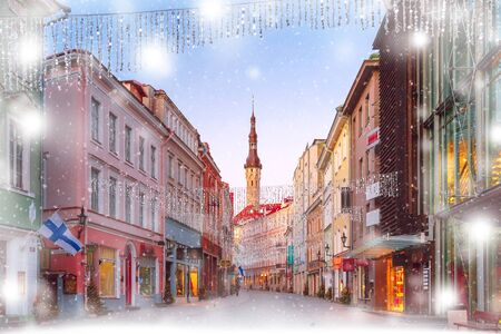 Beautiful illuminated street of Medieval Old Town and Town Hall in snowy Christmas morning, Tallinn, Estonia 版權商用圖片 - 134805903