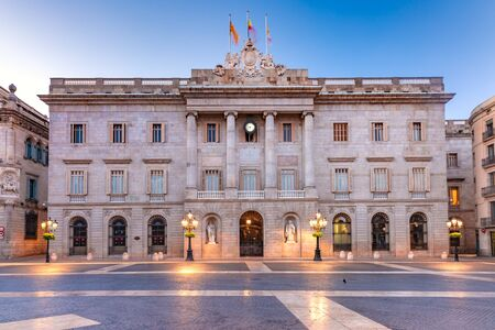 Casa de la Ciutat, City Hall of Barcelona on the Placa de Sant Jaume in The Gothic Quarter of Barcelona during morning blue hour, Spain Standard-Bild