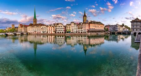 Panoramic view of famous Fraumunster, St Peter church and river Limmat at sunrise in Old Town of Zurich, the largest city in Switzerland Standard-Bild