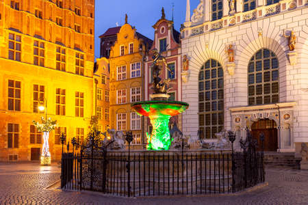 Long Market Street with Fountain of Neptune at night in Old Town of Gdansk, Poland Banque d'images
