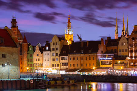 Old Town of Gdansk, Dlugie Pobrzeze, Bazylika Mariacka or St Mary Church, City hall and Motlawa River at night, Poland Banque d'images