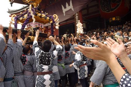 도쿄, 아사쿠사 -5 월 15 일 : 연례 축제 Sanja 마 츠 리. 2004 년 5 월 15 일, 도쿄의 센소지 성전 앞의 퍼레이드 휴대용 신사.