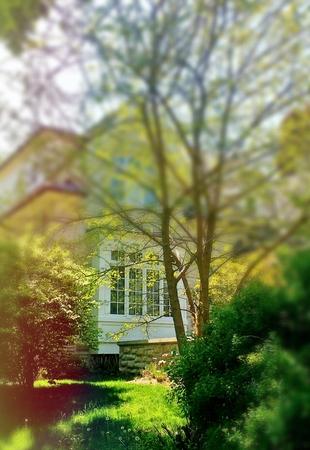 Voorportiek van huis in de lente met onduidelijk beeldeffect Stockfoto