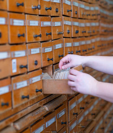 Hands leafing through cards in the library catalog Standard-Bild
