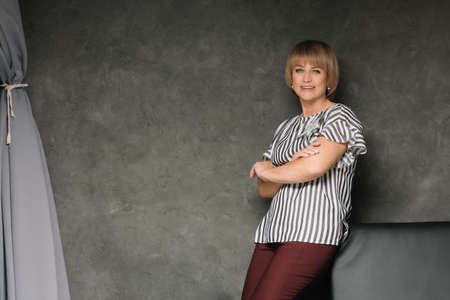 Middle-aged woman posing in the interior Standard-Bild