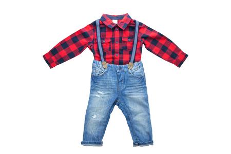 Jean bleu à la mode avec bretelles ou bretelles pour garçon et chemise à carreaux rouge à manches longues. Isolé. Vêtements pour enfants. Banque d'images