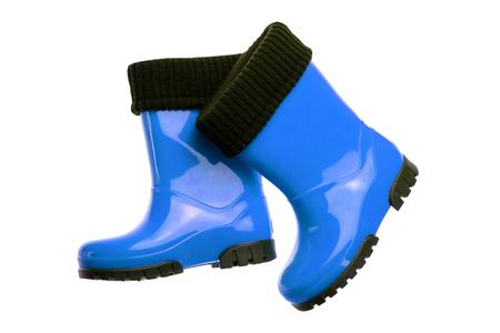 Zapatos y botas para niños. Primer plano de un par de botas de goma azul aislado sobre un fondo blanco. Moda de zapatos para niños. Foto de archivo