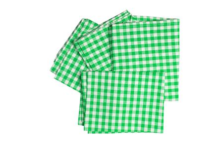 Satz von vier grün-weiß karierten Servietten isoliert auf weißem Hintergrund.