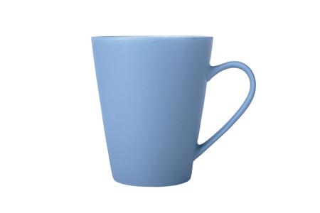 Tazza blu in vista laterale isolata su sfondo bianco.