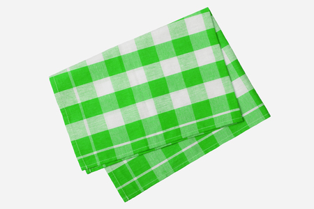 Grüne und weiße karierte Serviette lokalisiert auf weißem Hintergrund. Standard-Bild