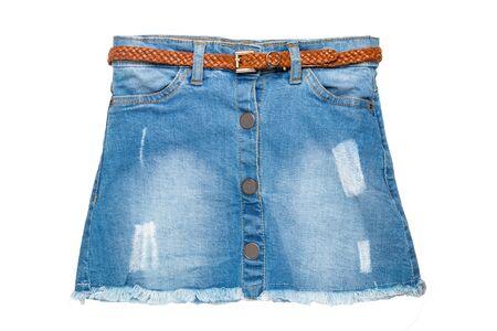 Falda de jeans. Primer plano de la falda corta de blue jeans con un elegante cinturón de cuero marrón aislado en un fondo blanco. Moda vaquera para niñas.