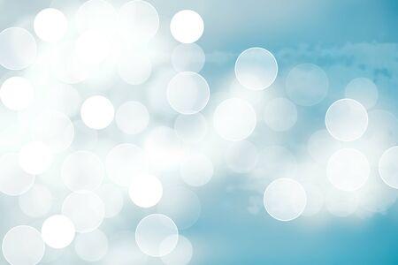 Textura de paisaje de primavera o verano de movimiento degradado brillante abstracto con luces azules naturales y cielo nublado y soleado blanco brillante Fondo de otoño o verano con espacio de copia.