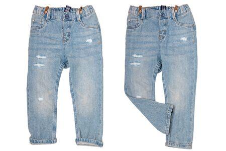 Dżinsy na białym tle. Modne stylowe niebieskie spodnie jeansowe lub spodnie dla chłopca na białym tle na białym tle. Dżinsy na lato i jesień. Przedni widok.