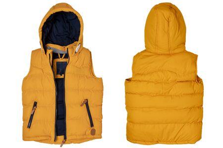 Chaleco aislado. Primer plano de un elegante y acogedor chaleco amarillo cálido con capucha aislado en un fondo blanco. Ropa infantil de otoño e invierno.