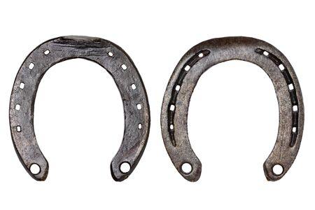 Ferro di cavallo isolato. Primo piano del ferro di cavallo in metallo come simbolo di buona fortuna, prosperità e di un futuro felice isolato su uno sfondo bianco. Fotografia macro. Vista anteriore e posteriore.