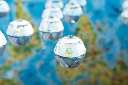 prisma: mapa de la tierra en la prisma de un hemisferio de vidrio