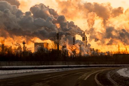 煙と汚れたオレンジ色の空気を持つ発電所