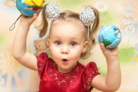 Adorabile bambina che gioca con le palle
